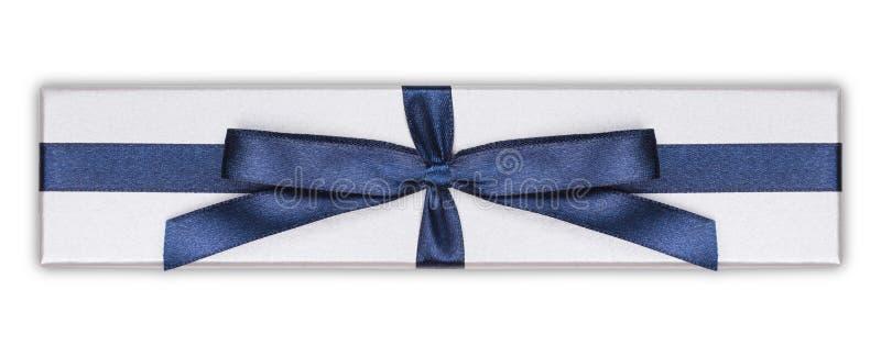 Caixa de presente com curva azul da fita do cetim, foto de stock royalty free