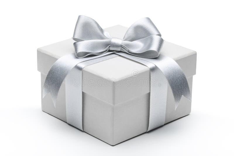 Caixa de presente com curva de prata da fita fotografia de stock
