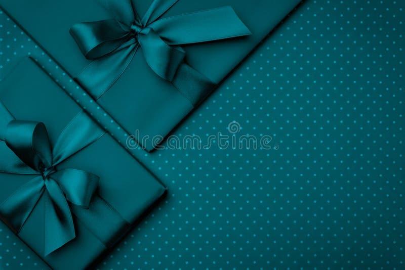 Caixa de presente com a fita verde na opinião superior do fundo escuro de turquesa Conceito do feriado, presente de aniversário,  fotos de stock royalty free