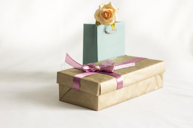 A caixa de presente com levantou-se fotografia de stock
