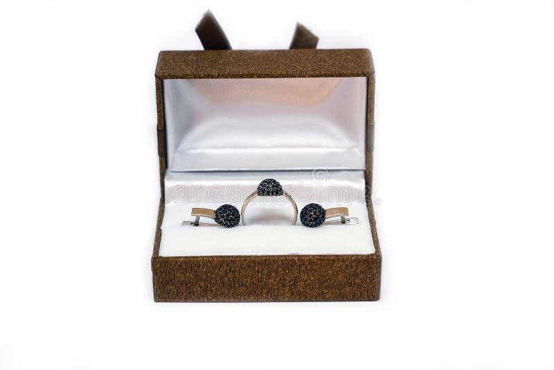 Caixa de presente com o anel de ouro e os brincos isolados no branco foto de stock royalty free
