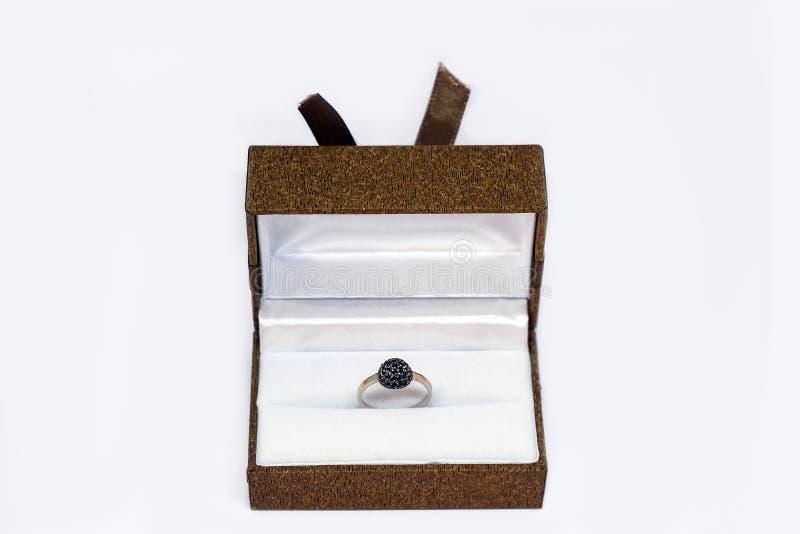 Caixa de presente com o anel de ouro isolado no branco imagens de stock