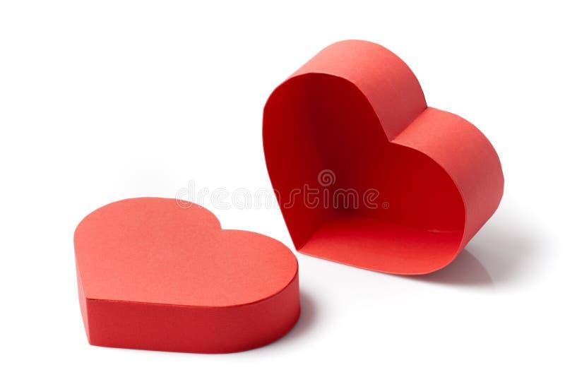 Caixa de presente com uma forma do coração no branco imagens de stock