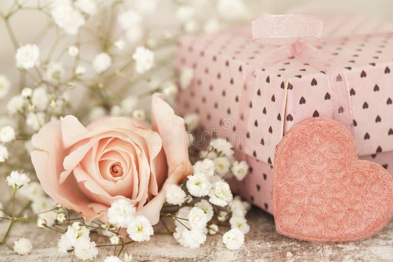 Caixa de presente cor-de-rosa com rosa do rosa foto de stock