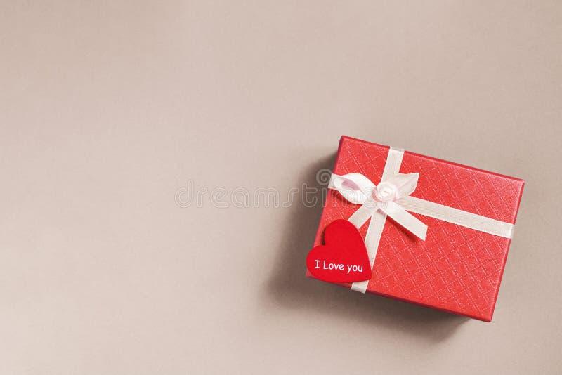 Caixa de presente cor-de-rosa com cora??o vermelho no fundo cor-de-rosa foto de stock