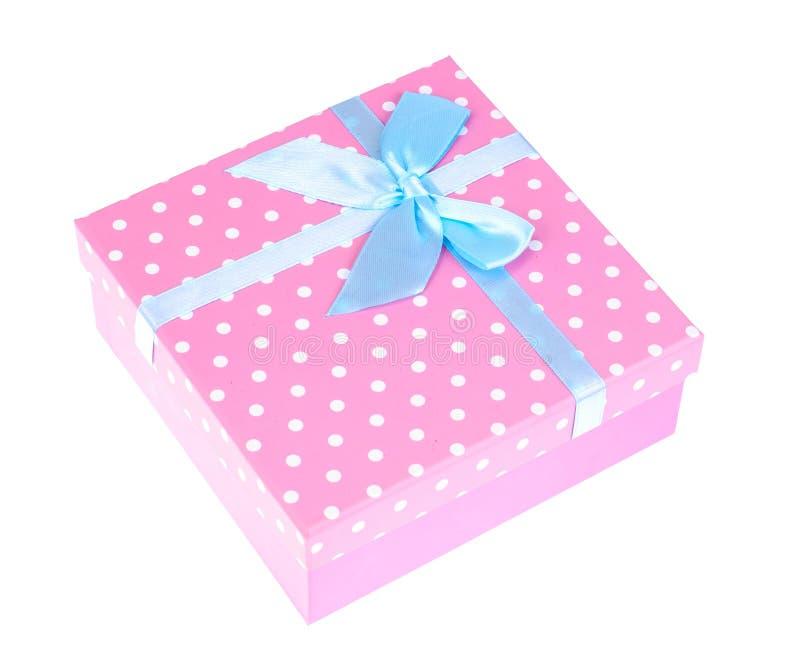 Caixa de presente cor-de-rosa com curva azul imagens de stock