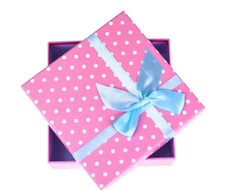 Caixa de presente cor-de-rosa com curva azul imagens de stock royalty free