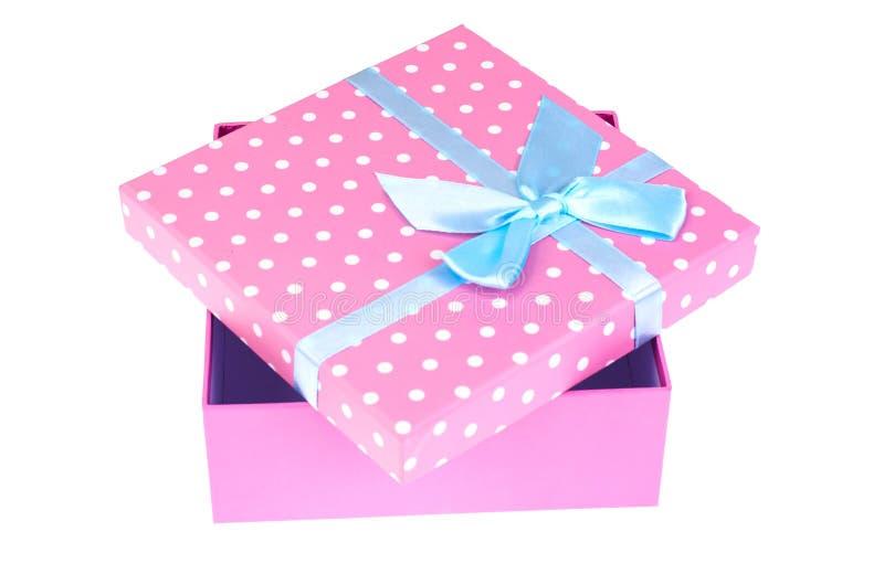Caixa de presente cor-de-rosa com curva azul fotografia de stock
