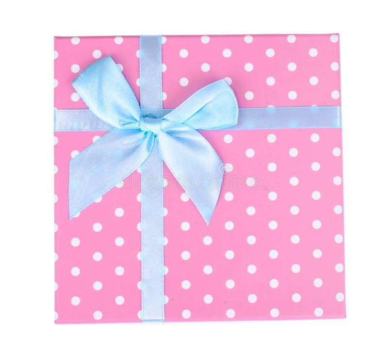 Caixa de presente cor-de-rosa com curva azul foto de stock