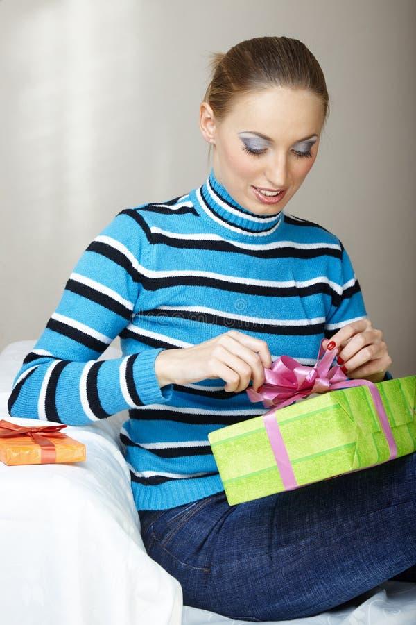 Caixa de presente da abertura da mulher fotos de stock royalty free