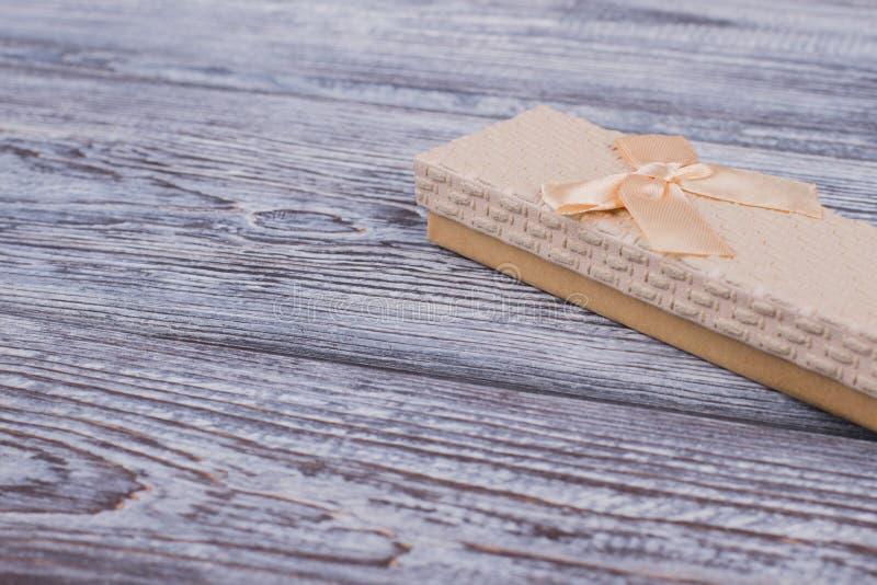 Caixa de presente da joia no fundo de madeira cinzento foto de stock