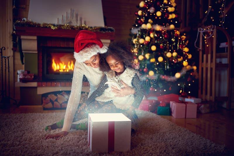 Caixa de presente da mágica do Natal fotos de stock royalty free