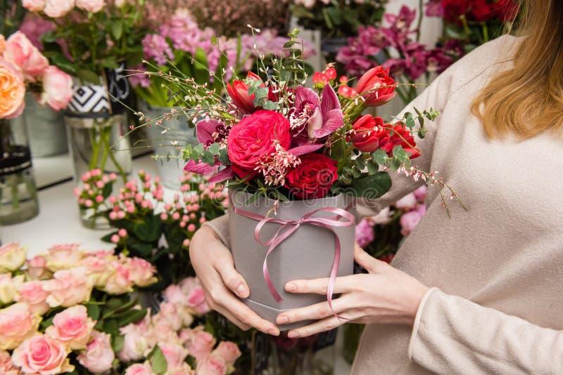 Caixa de presente da posse da mulher com flores e fita do laço imagens de stock royalty free