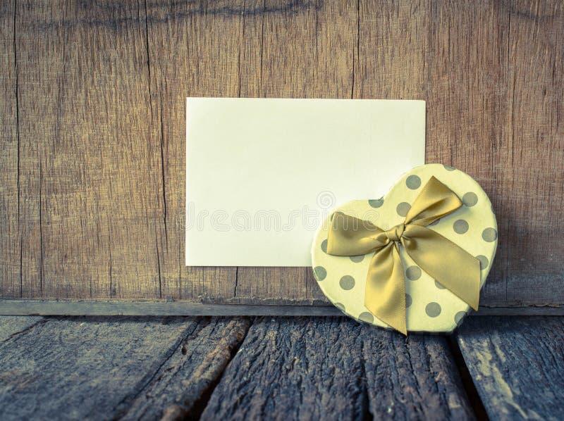 Caixa de presente dada fôrma coração fotografia de stock