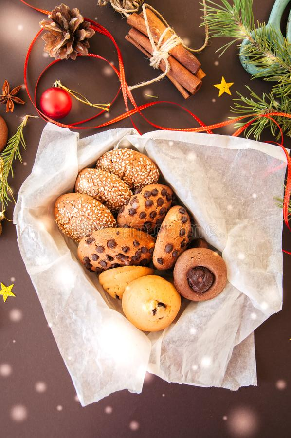 Caixa de presente das cookies do Natal Conceito festivo caseiro do cozimento, abeto fotografia de stock