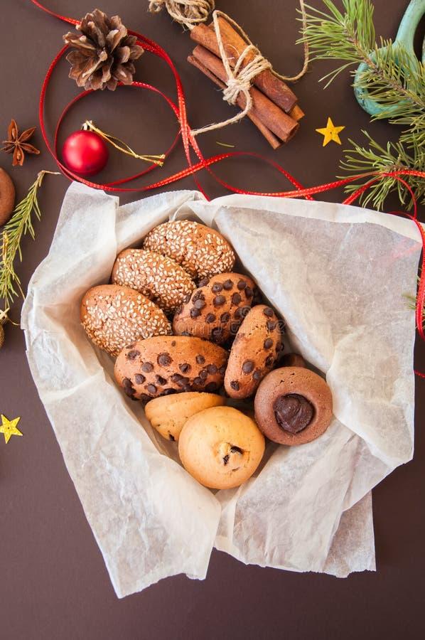 Caixa de presente das cookies do Natal Conceito festivo caseiro do cozimento, abeto foto de stock royalty free