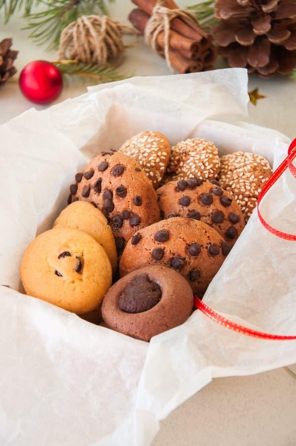 Caixa de presente das cookies do Natal Conceito festivo caseiro do cozimento, abeto fotografia de stock royalty free
