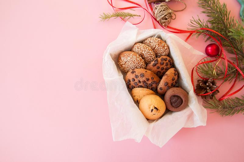 Caixa de presente das cookies do Natal Conceito festivo caseiro do cozimento, abeto imagem de stock royalty free
