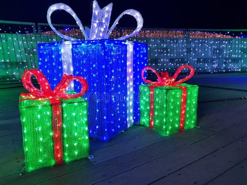 Caixa de presente das luzes de Natal, presentes iluminados na noite imagens de stock royalty free