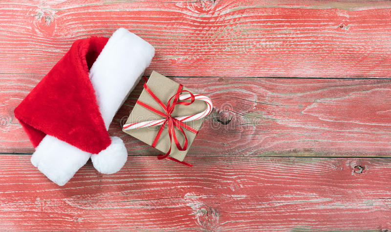 Download Caixa De Presente De época Natalícia Com O Tampão De Santa Em Placas De Madeira Vermelhas Rústicas Foto de Stock - Imagem de alegre, vista: 80100232