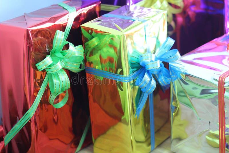 Caixa de presente de fitas multi-coloridas arranjadas belamente imagens de stock royalty free