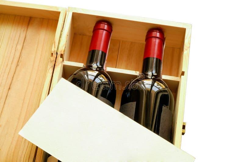 Caixa de presente de madeira com os dois frascos de vinho fotografia de stock royalty free