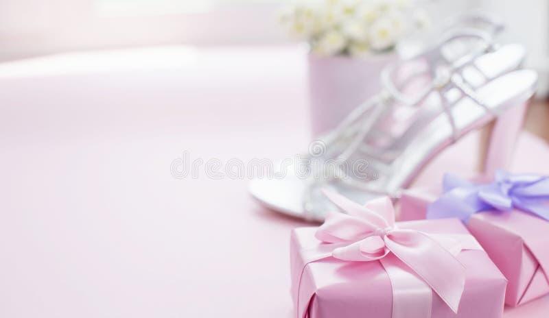 A caixa de presente decorativa da composição da bandeira com curva da fita do cetim para flores das mulheres compra sapatas um o  imagem de stock royalty free