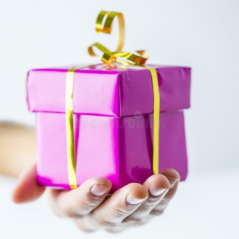 Caixa de presente do aniversário ou do Natal fotografia de stock royalty free