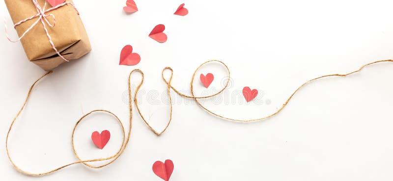 Caixa de presente do dia de Valentim do vintage no fundo branco com curva de papel cor-de-rosa, corda da juta, cartas de amor fotografia de stock