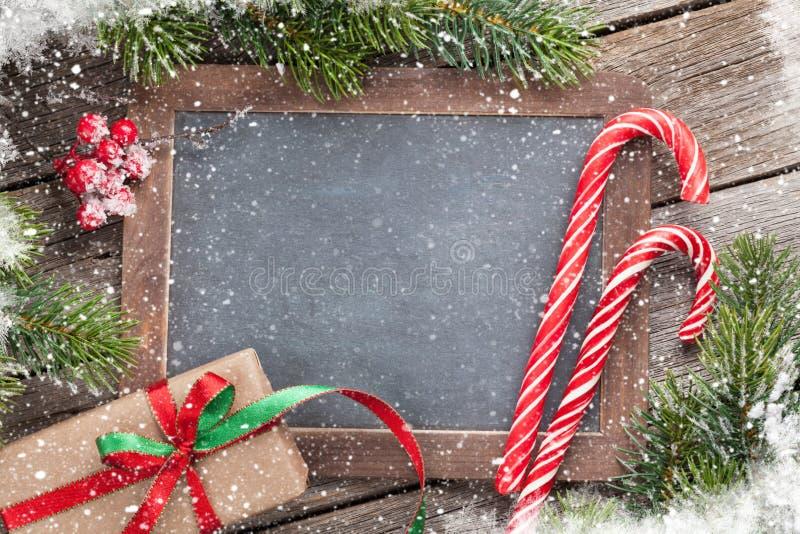 Caixa de presente do Natal, bastão de doces e árvore de abeto imagens de stock