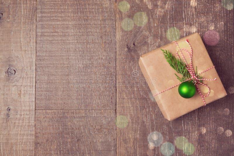 Caixa de presente do Natal com as decorações no fundo de madeira Vista de cima com do espaço da cópia imagens de stock royalty free