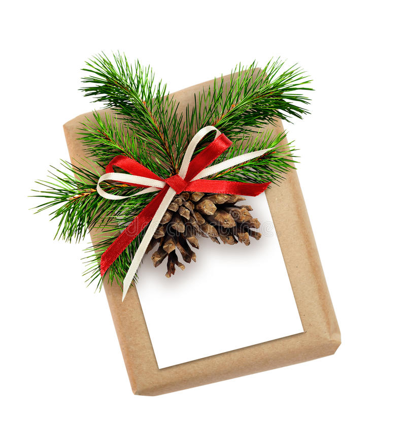 Caixa de presente do Natal com curva da fita, galho do abeto, cones e A.A. imagens de stock