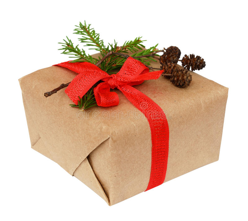 Caixa de presente do Natal com curva da fita, galho do abeto e o cone pequeno imagens de stock royalty free
