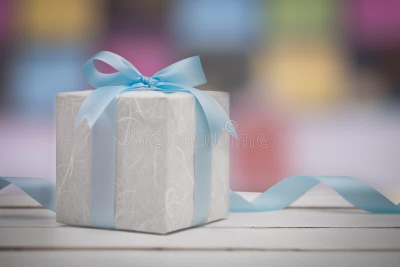 Caixa de presente do Natal com fundo do bokeh imagens de stock