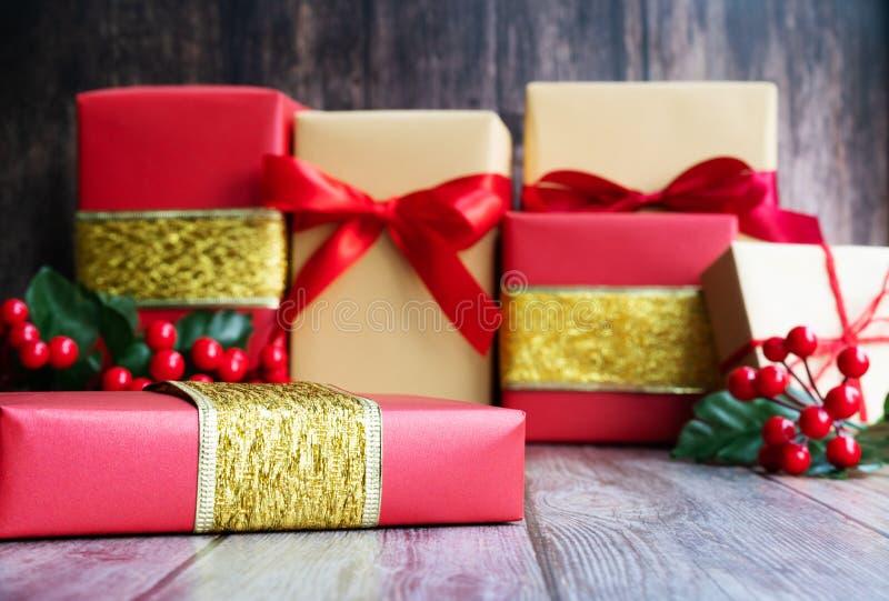 Caixa de presente do Natal do conceito da venda da São Estêvão no fundo do cimento, vista superior fotografia de stock
