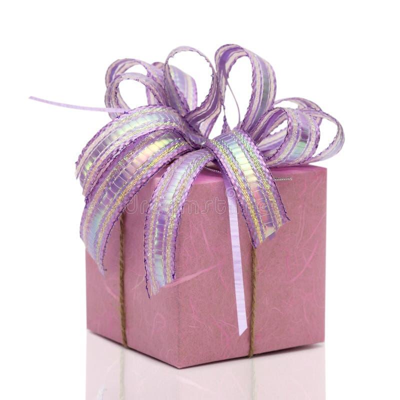 Caixa de presente do Natal isolada no fundo branco foto de stock