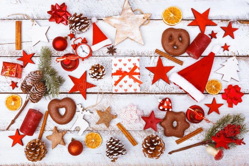 Caixa de presente do Natal na configuração lisa do caos na tabela branca imagens de stock royalty free