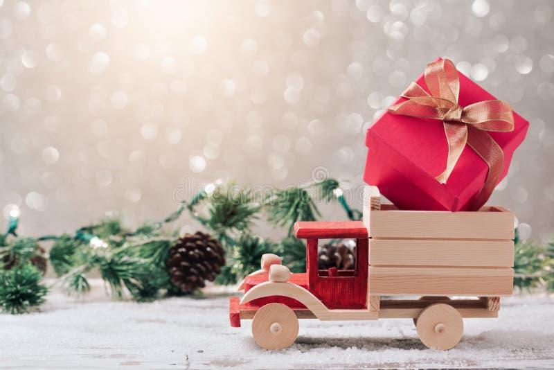 Caixa de presente do Natal no caminhão do brinquedo fotografia de stock royalty free