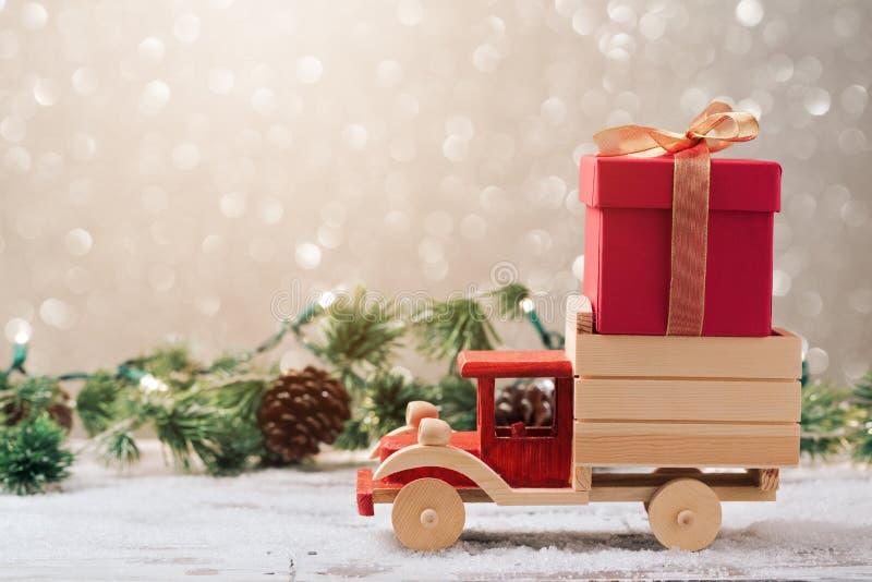 Caixa de presente do Natal no caminhão do brinquedo foto de stock