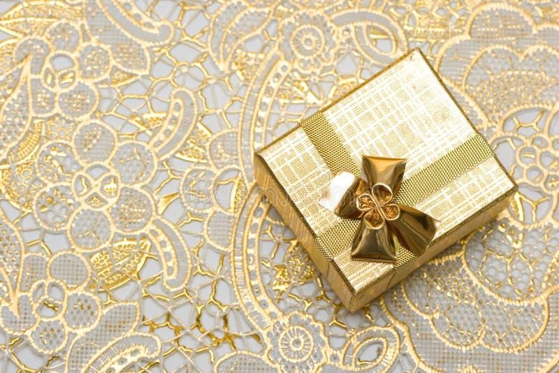 Caixa de presente do ouro imagens de stock