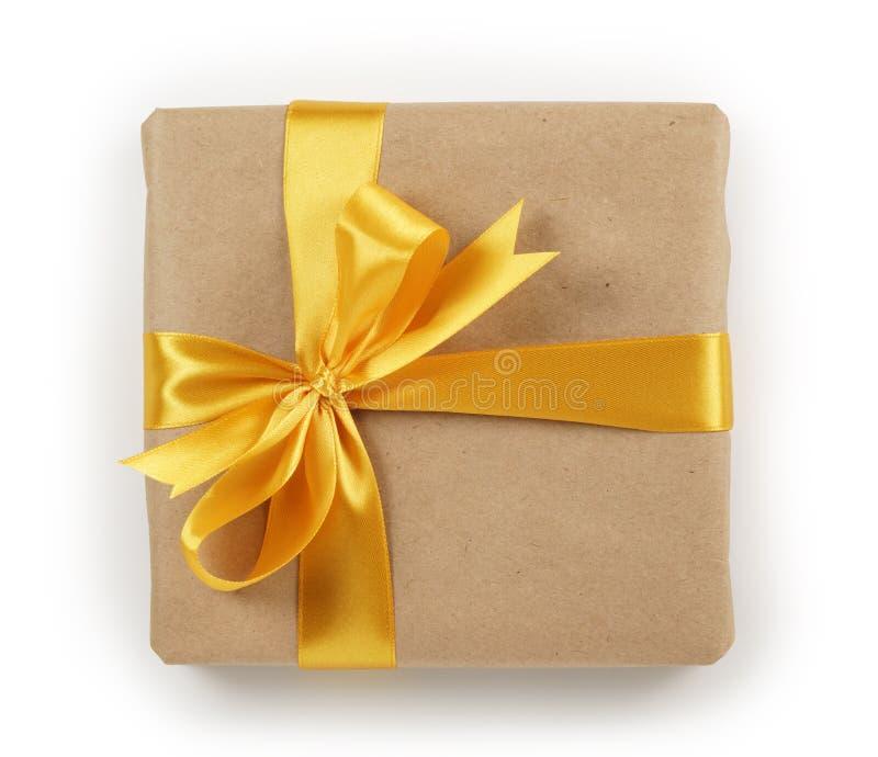 Caixa de presente do papel de Brown com opinião superior da curva dourada da fita fotos de stock royalty free