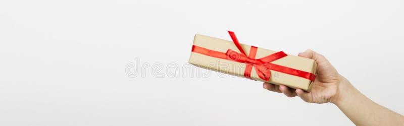 Caixa de presente do papel do ofício da terra arrendada da mão com tão um presente para o Natal, o ano novo, o dia de são valenti imagens de stock