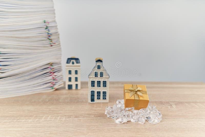 Caixa de presente dourada com a casa do borrão como o conceito do Feliz Natal fotos de stock royalty free