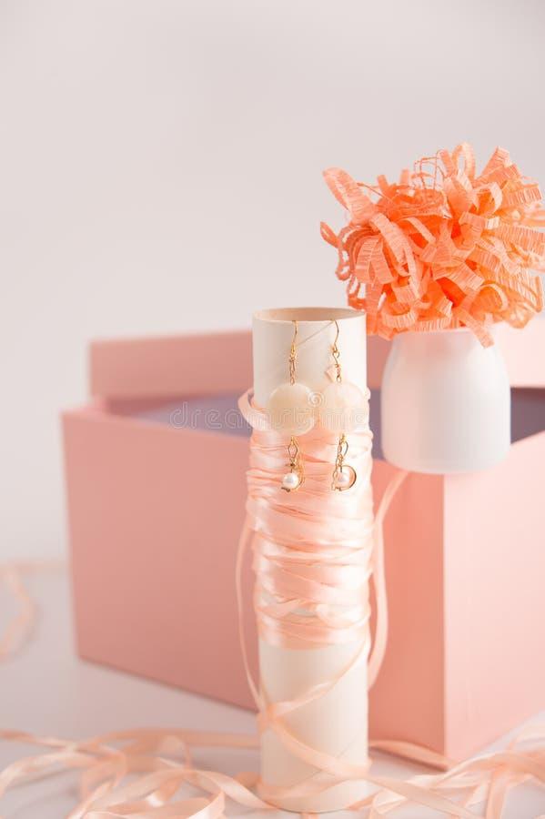 caixa de presente e brincos cor-de-rosa fotografia de stock royalty free