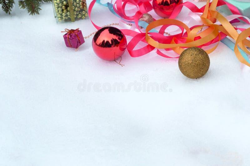 Caixa de presente e decorações lisas do Natal com espaço da cópia no fundo branco imagem de stock