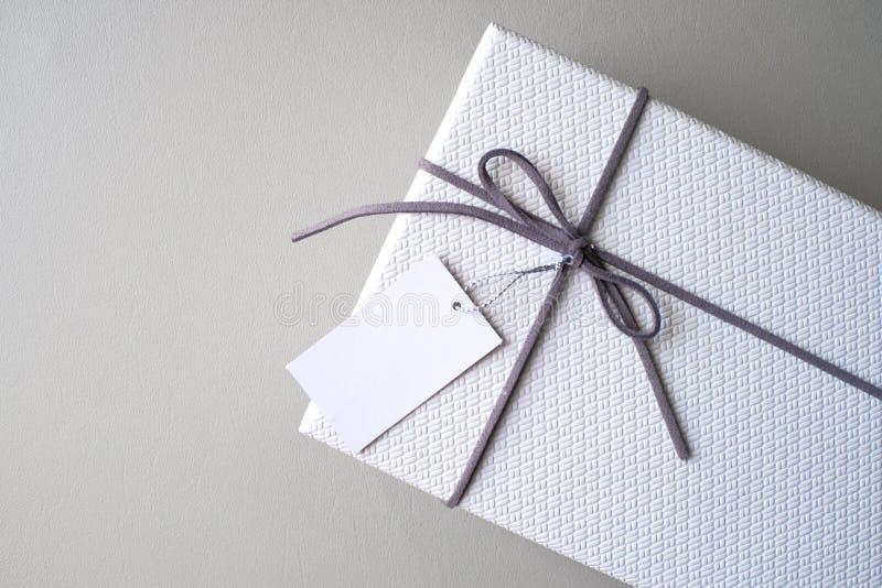 Caixa de presente e fita com a etiqueta para o presente do Valentim foto de stock royalty free