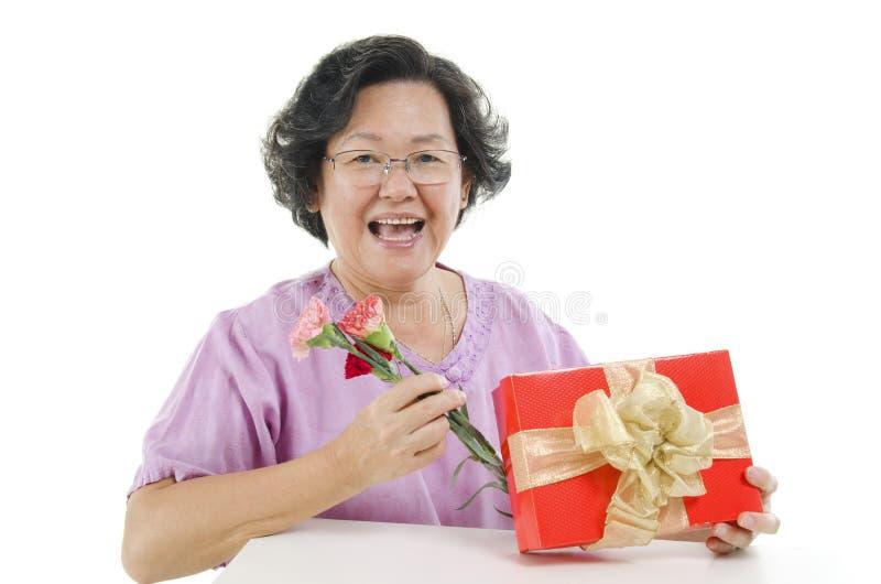 Caixa de presente e flor do dia de mães foto de stock royalty free