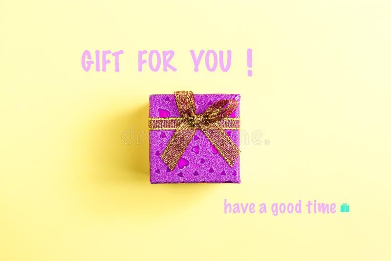 A caixa de presente e os cumprimentos têm uma boa estadia! imagem de stock royalty free
