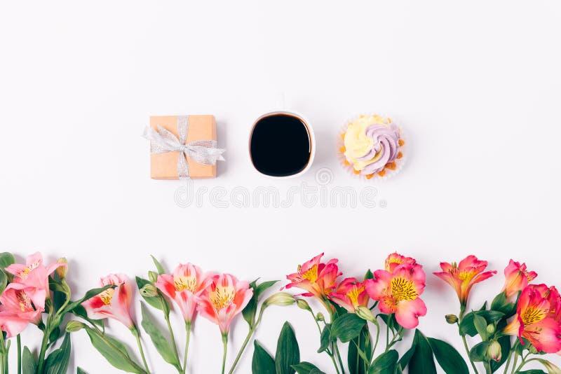 Caixa de presente e xícara de café pequenas com a sobremesa no fundo branco fotos de stock