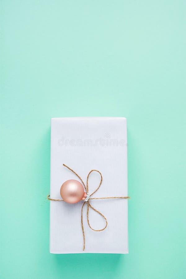 Caixa de presente elegante envolvida no Livro Branco amarrado com suspensão da quinquilharia do rosa da guita Venda de compra dos fotografia de stock